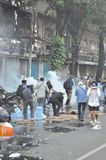 Banguecoque/Tailândia - 12 02 2013: Os protestadores tumultuam e tomam o QG metropolitano da casa da polícia Fotos de Stock