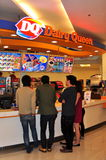 Banguecoque, Tailândia: Povos que compram o gelado de DQ Fotos de Stock