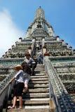 Banguecoque, Tailândia: Povos que escalam Wat Arun Prang Fotos de Stock Royalty Free