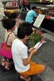 Banguecoque, Tailândia: Povos que Praying no santuário Imagens de Stock