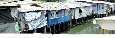 Banguecoque-Tailândia: Precário lateral do canal em Banguecoque Fotos de Stock