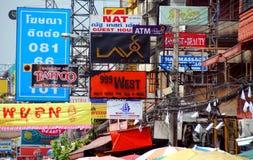 Banguecoque, Tailândia: Sinais de estrada de Khao San foto de stock royalty free