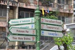 Banguecoque, Tailândia: Sinais direcionais Imagens de Stock Royalty Free