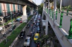 Banguecoque, Tailândia: Tráfego na estrada de Sukhamvit Fotos de Stock Royalty Free