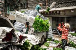 Banguecoque, Tailândia: Trabalhadores ou empregados que levam flores Fotografia de Stock