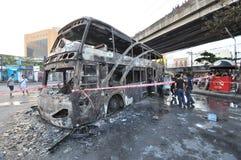 Banguecoque/Tailândia - 12 01 2013: Um ônibus obtido o grupo no fogo na estrada de Ramkhamhaeng Imagens de Stock Royalty Free
