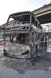 Banguecoque/Tailândia - 12 01 2013: Um ônibus obtido o grupo no fogo na estrada de Ramkhamhaeng Fotos de Stock Royalty Free