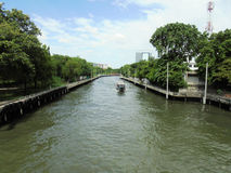 Banguecoque-Tailândia: Um dia em julho Condições do tráfego de água no Fotografia de Stock