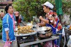 Banguecoque, Tailândia: Vendedor de alimento Imagens de Stock