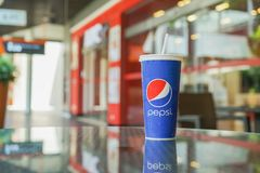 BANGUECOQUE, TAILÂNDIA 9 de abril de 2018: bebida fria no copo de pepsi na mesa na frente do restaurante Fotos de Stock