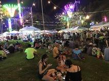 BANGUECOQUE, TAILÂNDIA - 15 DE ABRIL DE 2018: Festival do ano novo de Songkran na noite com armas de água e muitos povos fotos de stock royalty free