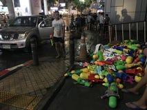 BANGUECOQUE, TAILÂNDIA - 15 DE ABRIL DE 2018: Festival do ano novo de Songkran na noite com armas de água e muitos povos imagens de stock royalty free