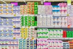 BANGUECOQUE, TAILÂNDIA - 3 DE ABRIL: O hipermercado BigC Petchkasen extra armazena inteiramente vários tipos do sabão de barra fotografia de stock royalty free