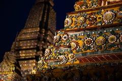 BANGUECOQUE, TAILÂNDIA - 6 DE ABRIL DE 2018: Templo do buddist de Wat Pho - decorado no ouro e nas cores brilhantes aonde os budd fotos de stock