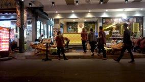 BANGUECOQUE, TAILÂNDIA - 22 de dezembro de 2017: Estrada de Khaosan na noite massage video estoque