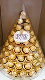 BANGUECOQUE, TAILÂNDIA - 14 DE DEZEMBRO DE 2017: Ferrero Rocher, um chocola fotografia de stock royalty free