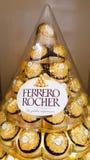 BANGUECOQUE, TAILÂNDIA - 14 DE DEZEMBRO DE 2017: Ferrero Rocher, um chocola foto de stock royalty free