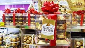 BANGUECOQUE, TAILÂNDIA - 14 DE DEZEMBRO DE 2017: Ferrero Rocher, um chocola fotos de stock royalty free