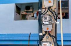 BANGUECOQUE, TAILÂNDIA - 2 DE DEZEMBRO: O medidor elétrico magnético análogo antiquado continua a ser usado por MEA Metropolitan  foto de stock royalty free