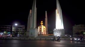 BANGUECOQUE, TAILÂNDIA - 21 de dezembro de 2017: O monumento da democracia em Banguecoque Opinião da noite filme