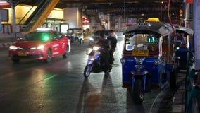BANGUECOQUE, TAIL?NDIA - 18 DE DEZEMBRO DE 2018: T?xi tailand?s tradicional - Tuk Tuk espera turistas ao longo da estrada Tr?fego video estoque