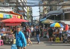 BANGUECOQUE, TAILÂNDIA - 17 DE DEZEMBRO DE 2016: vendedores no mercado do bairro chinês de Sampeng em Banguecoque, Tailândia Foto de Stock