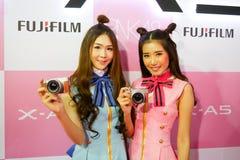 BANGUECOQUE, TAILÂNDIA - 20 DE FEVEREIRO DE 2018: As meninas bonitas estão mostrando fotos de stock royalty free