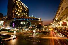 BANGUECOQUE, TAILÂNDIA - 16 DE FEVEREIRO DE 2011: Centro de MBK com tráfego no sol Fotos de Stock Royalty Free