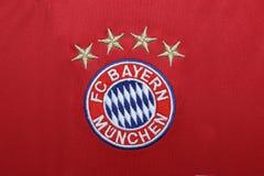 BANGUECOQUE, TAILÂNDIA - 13 DE JULHO: O logotipo de Bayern Munich em Footb Fotos de Stock Royalty Free