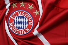 BANGUECOQUE, TAILÂNDIA - 13 DE JULHO: O logotipo de Bayern Munich em Footb Imagem de Stock Royalty Free