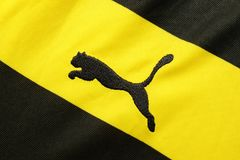 BANGUECOQUE, TAILÂNDIA - 15 DE JULHO: O logotipo do puma no futebol Jer Fotos de Stock Royalty Free