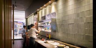 BANGUECOQUE, TAILÂNDIA - 20 DE MAIO: Os servidores do restaurante comunicam-se com imagens de stock