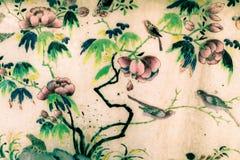 Banguecoque, Tail?ndia - 18 de maio de 2019: A ?rvore e as pinturas da arte das flores em telhas ao longo das galerias do templo  fotografia de stock royalty free