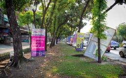 BANGUECOQUE, TAILÂNDIA - 17 DE MARÇO: Sinais múltiplos do candidato político spammed ao longo da estrada em Petchkasem Rd em Bang imagens de stock