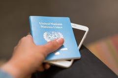 BANGUECOQUE, TAILÂNDIA - 7 DE MARÇO DE 2018: Uma mão guarda United Nations p imagem de stock