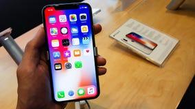 BANGUECOQUE, TAILÂNDIA - 25 DE NOVEMBRO DE 2017: o iPhone X está mostrando em está imagens de stock royalty free
