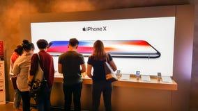 BANGUECOQUE, TAILÂNDIA - 25 DE NOVEMBRO DE 2017: o iPhone X está mostrando em Ja imagens de stock