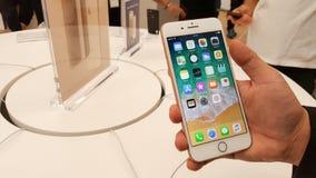 BANGUECOQUE, TAILÂNDIA - 11 DE NOVEMBRO DE 2017: o iPhone 8 positivo está mostrando imagem de stock royalty free