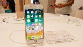 BANGUECOQUE, TAILÂNDIA - 11 DE NOVEMBRO DE 2017: o iPhone 8 positivo está mostrando fotos de stock royalty free