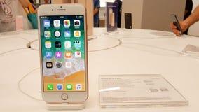 BANGUECOQUE, TAILÂNDIA - 11 DE NOVEMBRO DE 2017: o iPhone 8 positivo está mostrando imagens de stock royalty free