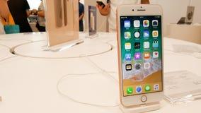 BANGUECOQUE, TAILÂNDIA - 11 DE NOVEMBRO DE 2017: o iPhone 8 positivo está mostrando foto de stock