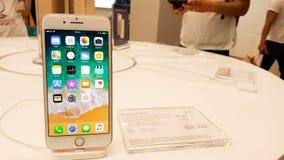 BANGUECOQUE, TAILÂNDIA - 11 DE NOVEMBRO DE 2017: o iPhone 8 positivo está mostrando imagem de stock