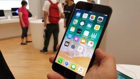 BANGUECOQUE, TAILÂNDIA - 11 DE NOVEMBRO DE 2017: o iPhone 8 positivo está mostrando imagens de stock