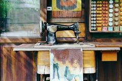 BANGUECOQUE, TAILÂNDIA - 29 DE NOVEMBRO DE 2017: Pecado antigo da máquina de costura Imagens de Stock