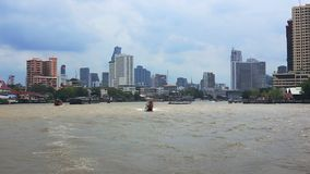 BANGUECOQUE, TAILÂNDIA 15 de novembro de 2017: Vista da cidade do barco A casa do arranha-céus na cidade filme