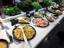 BANGUECOQUE, TAILÂNDIA - 2 DE OUTUBRO DE 2015: Barra de salada com os vegetais no restaurante, alimento saudável foto de stock