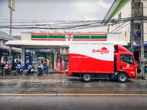 BANGUECOQUE, TAILÂNDIA - 10 DE OUTUBRO: O caminhão de entrega da casa da quinta entrega inventários novos para a loja 7-Eleven co foto de stock