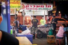 BANGUECOQUE, TAILÂNDIA - 30 DE OUTUBRO: Vendedor de alimento local com um th do sinal fotos de stock