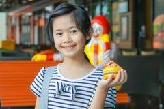 BANGUECOQUE, TAILÂNDIA - MARÇO 10,2018: a menina asiática de sorriso que guarda Rilakkuma, brinquedo plástico vendeu como parte d Fotografia de Stock
