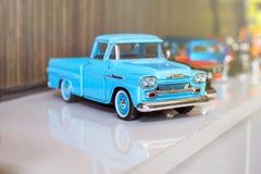 BANGUECOQUE, TAILÂNDIA - OUTUBRO 16,2017: Modelo do brinquedo do carro com fundo da madeira do borrão Foto de Stock Royalty Free